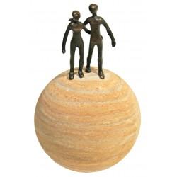 """Bronze """"Gemeinsam"""" auf Sandsteinkugel von Heinz Voss"""