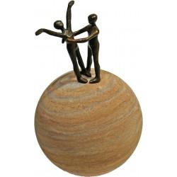 """Bronze """"Vertrauen"""" auf Sandsteinkugel von Heinz Voss"""