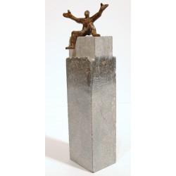 Genieße das Leben - von Francis Mean - eine Bronzeskulptur auf Steinsockel