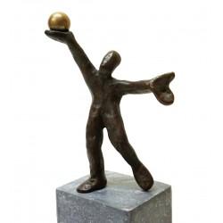 Am Ziel von Francis Mean - eine Bronzeskulptur auf Steinsockel