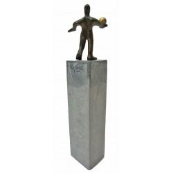 Im Gleichgewicht von Francis Mean - eine Bronzeskulptur auf Steinsockel