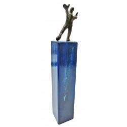 Erreicht von Francis Mean - eine Bronzeskulptur auf  Metallstele