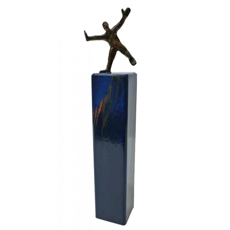Balance von Francis Mean - eine Bronzeskulptur auf Metallstele