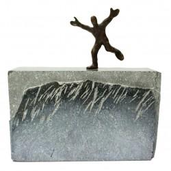 Der Weg zum Erfolg von Francis Mean - eine Bronzeskulptur auf Steinsockel